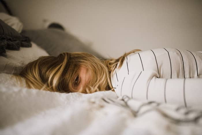 O que significa sentir a presença de alguém enquanto dorme