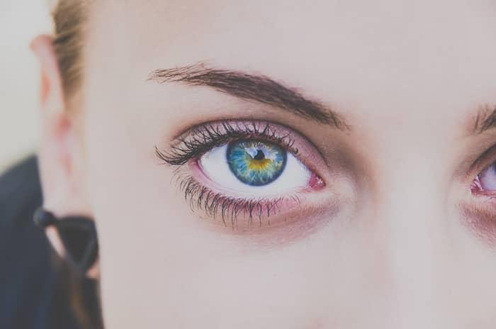 Significado espiritual do olho direito tremendo