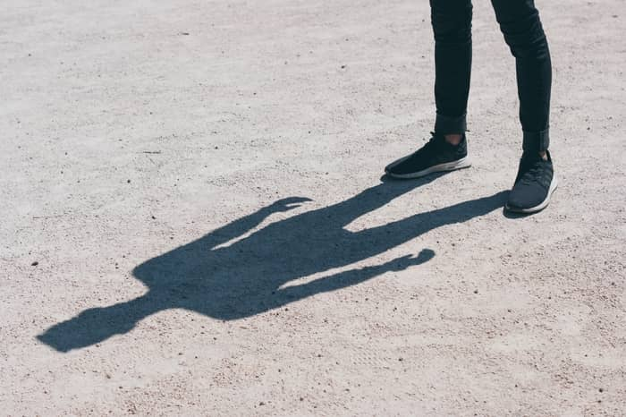 O que significa ver um vulto preto em local desconhecido