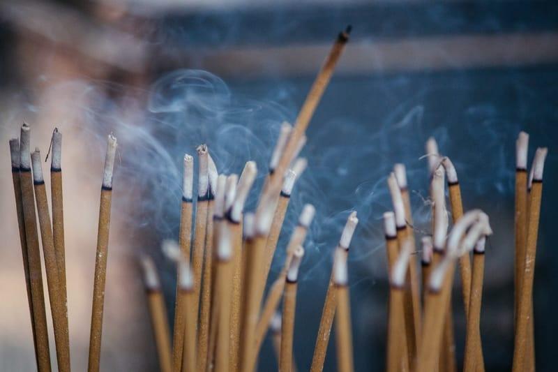 Sentir cheiro de incenso do nada: o que significa no espiritismo?