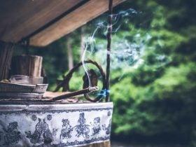 O que significa quando o incenso queima rápido? E enrola?