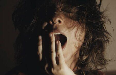 Bocejar Demais Quando uma Pessoa Chega Perto: É Ruim?