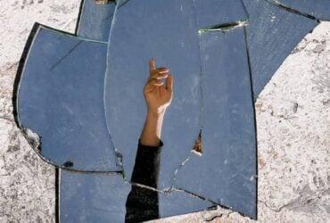 Quebrar um Espelho - Que significa espelho quebrar sozinho?