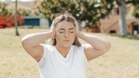 Zumbido no Ouvido Espiritismo: 7 Causas Espirituais e Solução